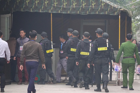 Mobile police are mobilized to guard the courtroom at Hanoi People's Court. Photo: Danh Trong / Tuoi Tre