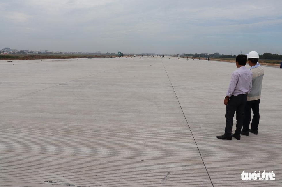 Officials examine the runway upgrade project's progress at Tan Son Nhat International Airport in Ho Chi Minh City, December 9, 2020. Photo: Van Binh / Tuoi Tre