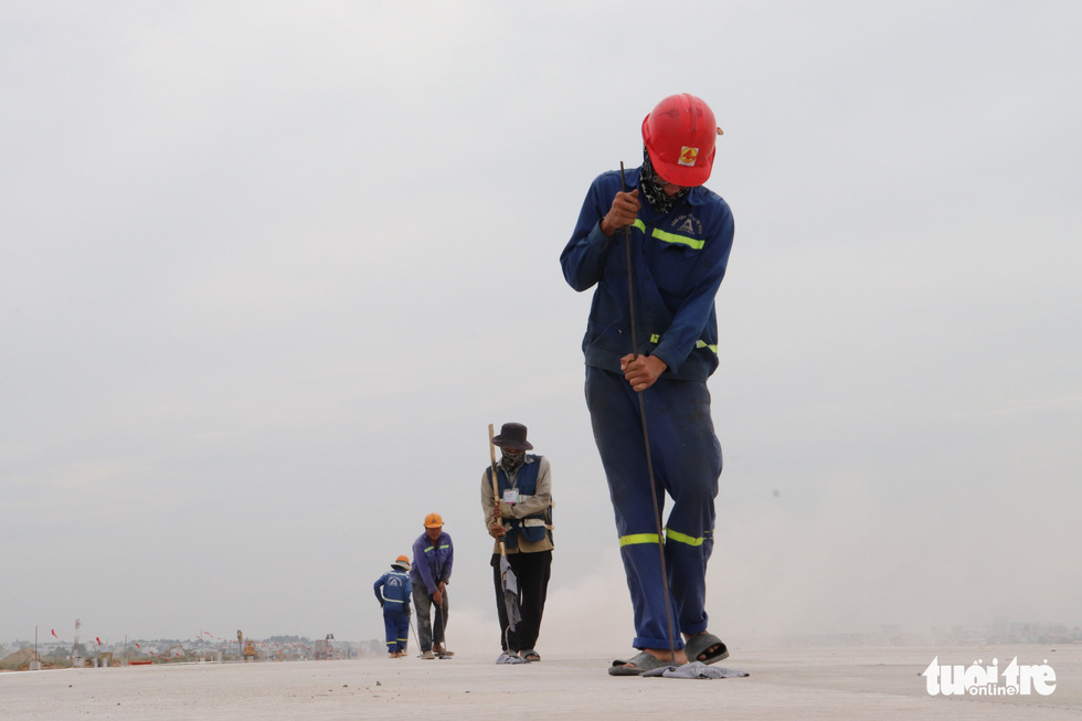 Workers work at the runway upgrade project's site at Tan Son Nhat International Airport in Ho Chi Minh City, December 9, 2020. Photo: Van Binh / Tuoi Tre