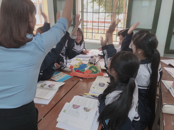 Students eagerly participate in a biology class with their teacher, Luu Thi Dinh, at Thai Ninh High School, located in Thai Binh Province, northern Vietnam. Photo: T.L. / Tuoi Tre