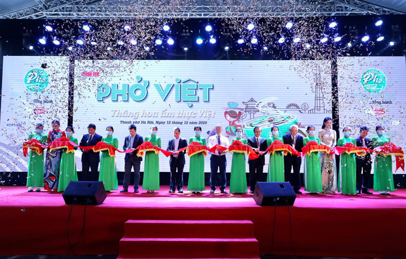 Officials cut the ribbon at the opening ceremony of the 'Day of Pho' 2020 event at AEON Mall Ha Dong in Hanoi, December 12, 2020. Photo: Nam Khanh / Tuoi Tre