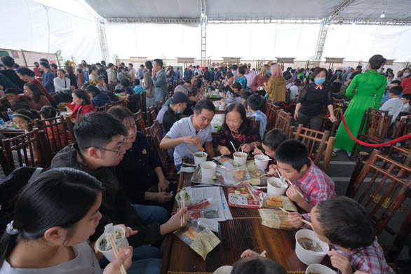 Pho lovers enjoy pho at the grand celebration day of the 'Day of Pho' 2020 event at AEON Mall Ha Dong in Hanoi, December 12, 2020. Photo: Nam Khanh / Tuoi Tre
