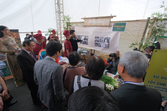People listen to a story of pho's origin and growth at the grand celebration day of the 'Day of Pho' 2020 event at AEON Mall Ha Dong in Hanoi, December 12, 2020. Photo: Nam Khanh / Tuoi Tre