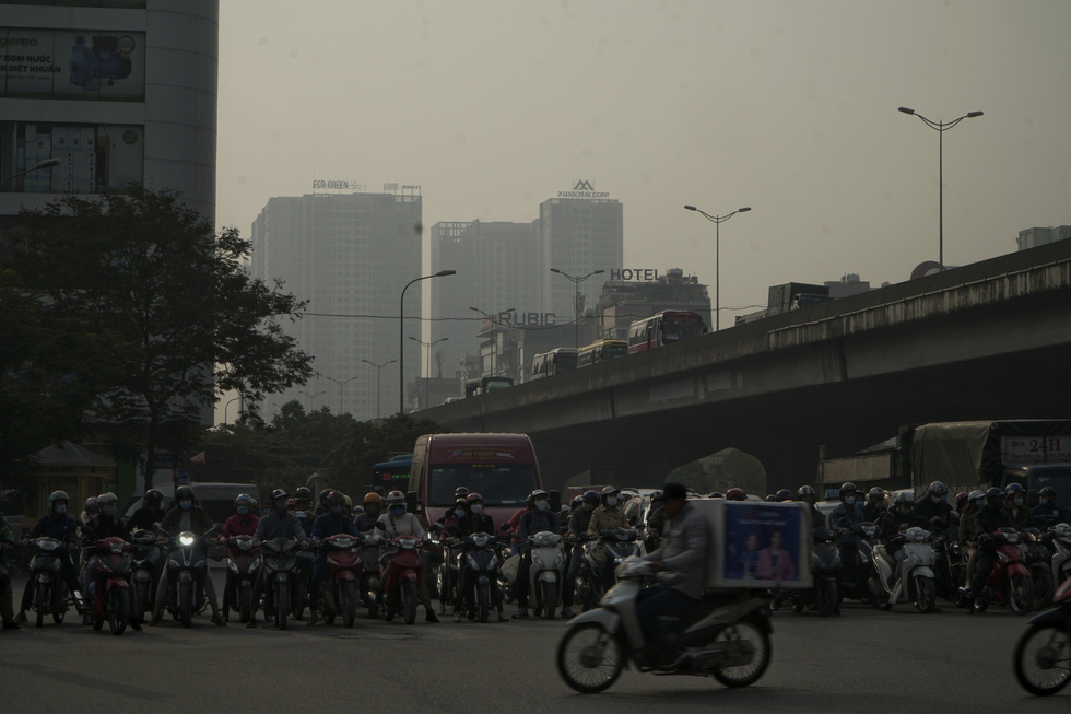 A section of Nguyen Trai Street in Hanoi is smothered in grey haze. Pham Tuan / Tuoi Tre