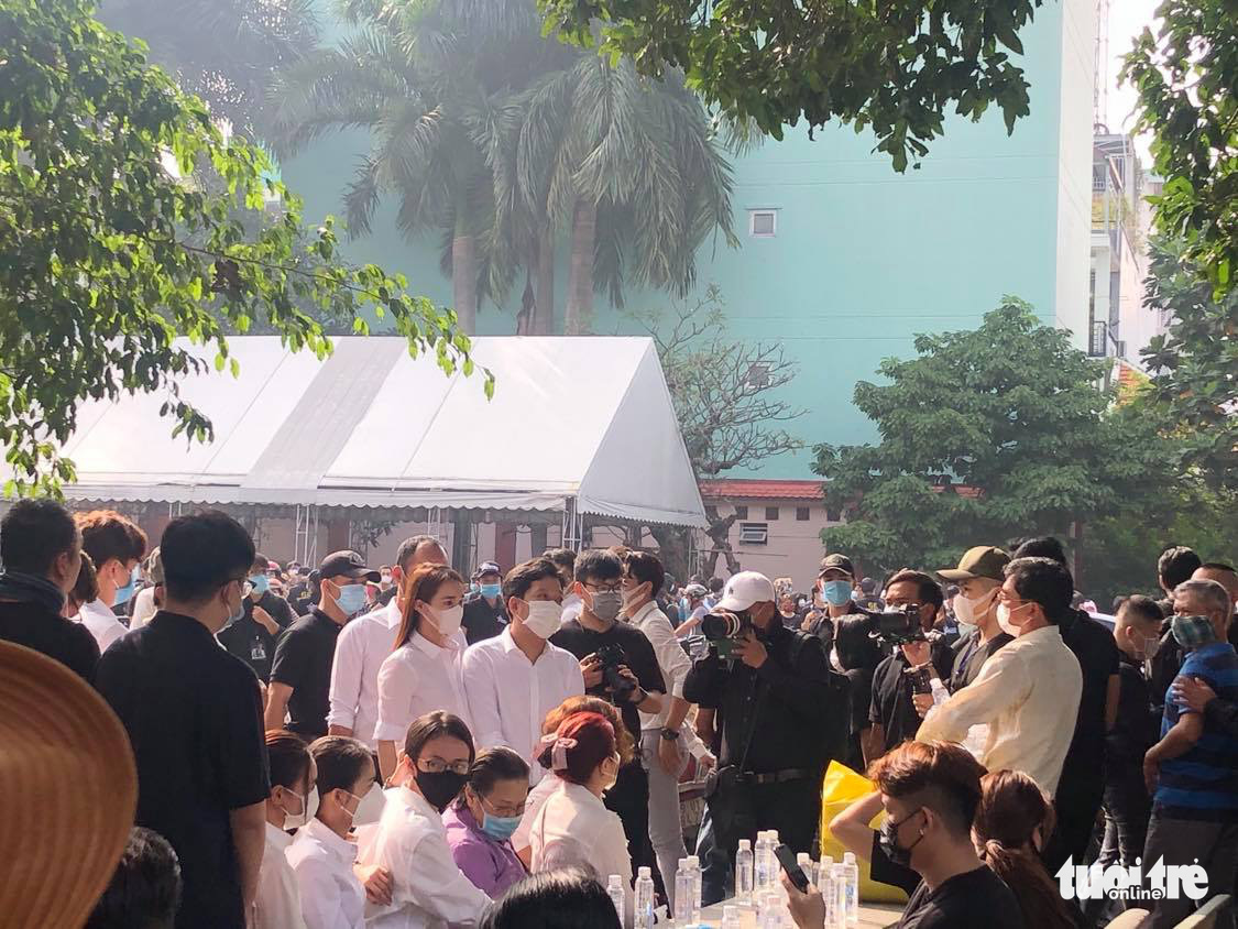 Vietnamese artists and fans attend Chi Tai's funeral in Ho Chi Minh City, December 12, 2020. Photo: Duyen Phan / Tuoi Tre
