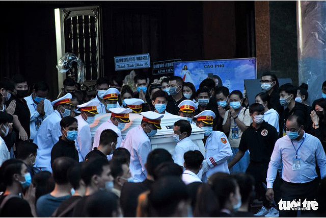 Chi Tai's body is brought out of the Ministry of National Defense Funeral Home in Ho Chi Minh City, December 12, 2020. Photo: Duyen Phan / Tuoi Tre