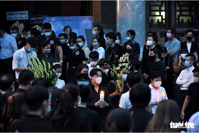 Vietnamese artists leave the funeral home along with Chi Tai's body in Ho Chi Minh City, December 12, 2020. Photo: Duyen Phan / Tuoi Tre