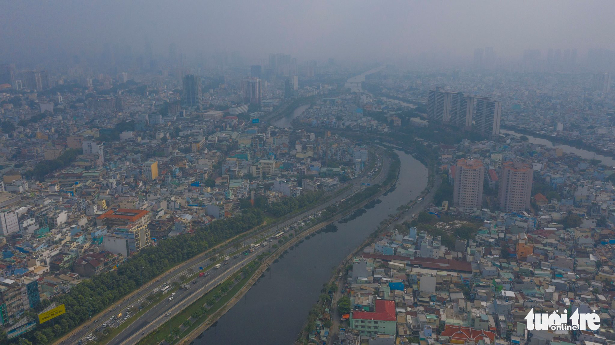 Ho Chi Minh City is covered with smog on December 12, 2020. Photo: Quang Dinh / Tuoi Tre