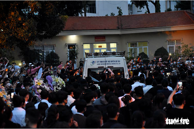 Chi Tai's body is transported from the funeral home to Tan Son Nhat International Airport in Ho Chi Minh City, December 12, 2020. Photo: Duyen Phan / Tuoi Tre