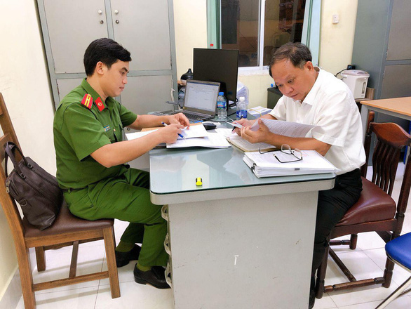 Tat Thanh Cang, former standing deputy secretary of the Ho Chi Minh City Party Committee, reads his arrest warrant on December 16, 2020. Photo: A.X.