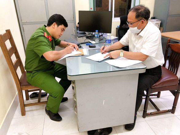 Tat Thanh Cang, former standing deputy secretary of the Ho Chi Minh City Party Committee, signs his arrest warrant on December 16, 2020. Photo: A.X.