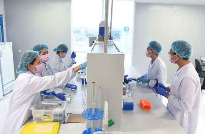 Researchers are seen during the development of Nanocovax at Nanogen Pharmaceutical Biotechnology. Photo: Duyen Phan / Tuoi Tre