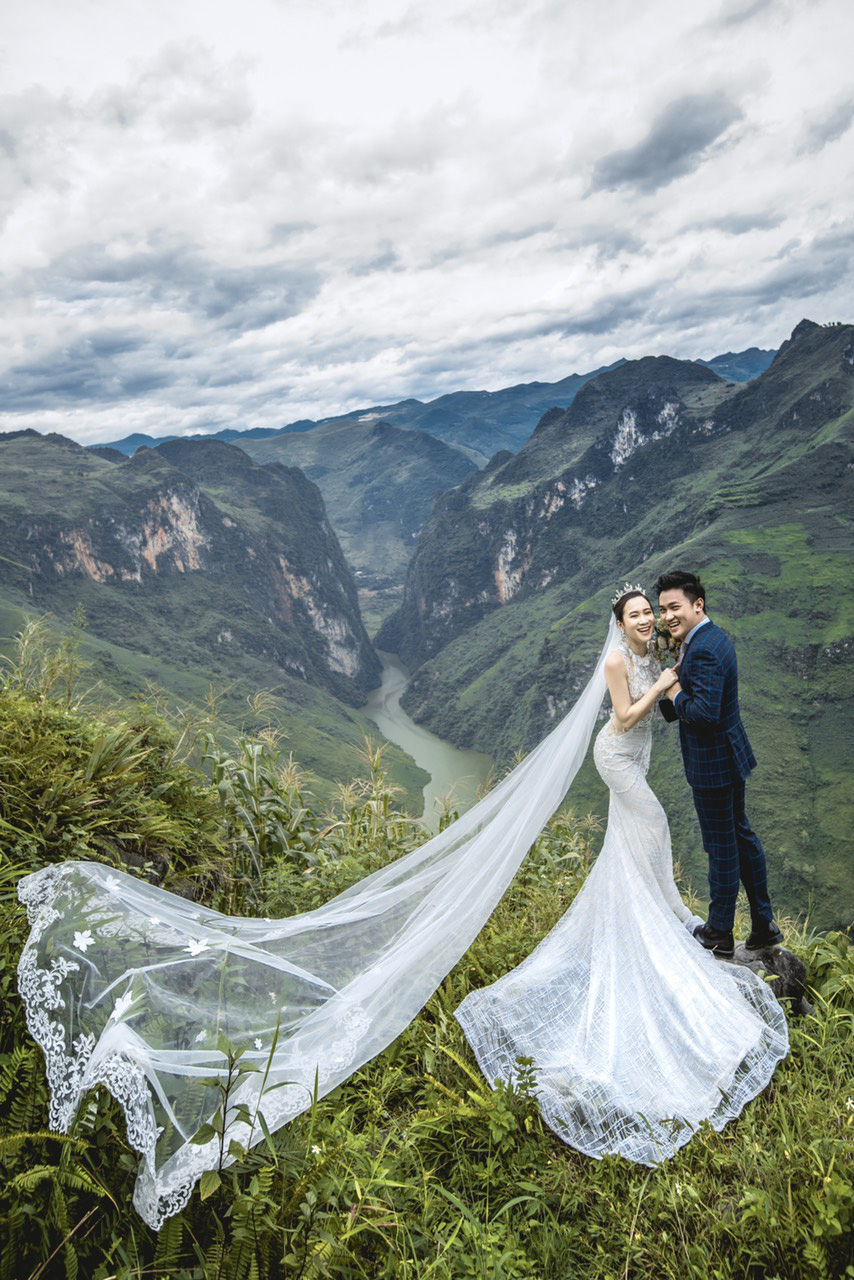 Newlyweds Hoang Anh and Quynh Hoa are seen in their pre-wedding photo taken near Nho Que River in Ha Giang Province.