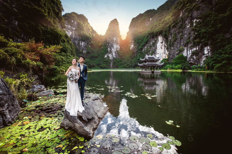 Newlyweds Hoang Anh and Quynh Hoa are seen in their pre-wedding photo taken at Trang An area of Ninh Binh Province.