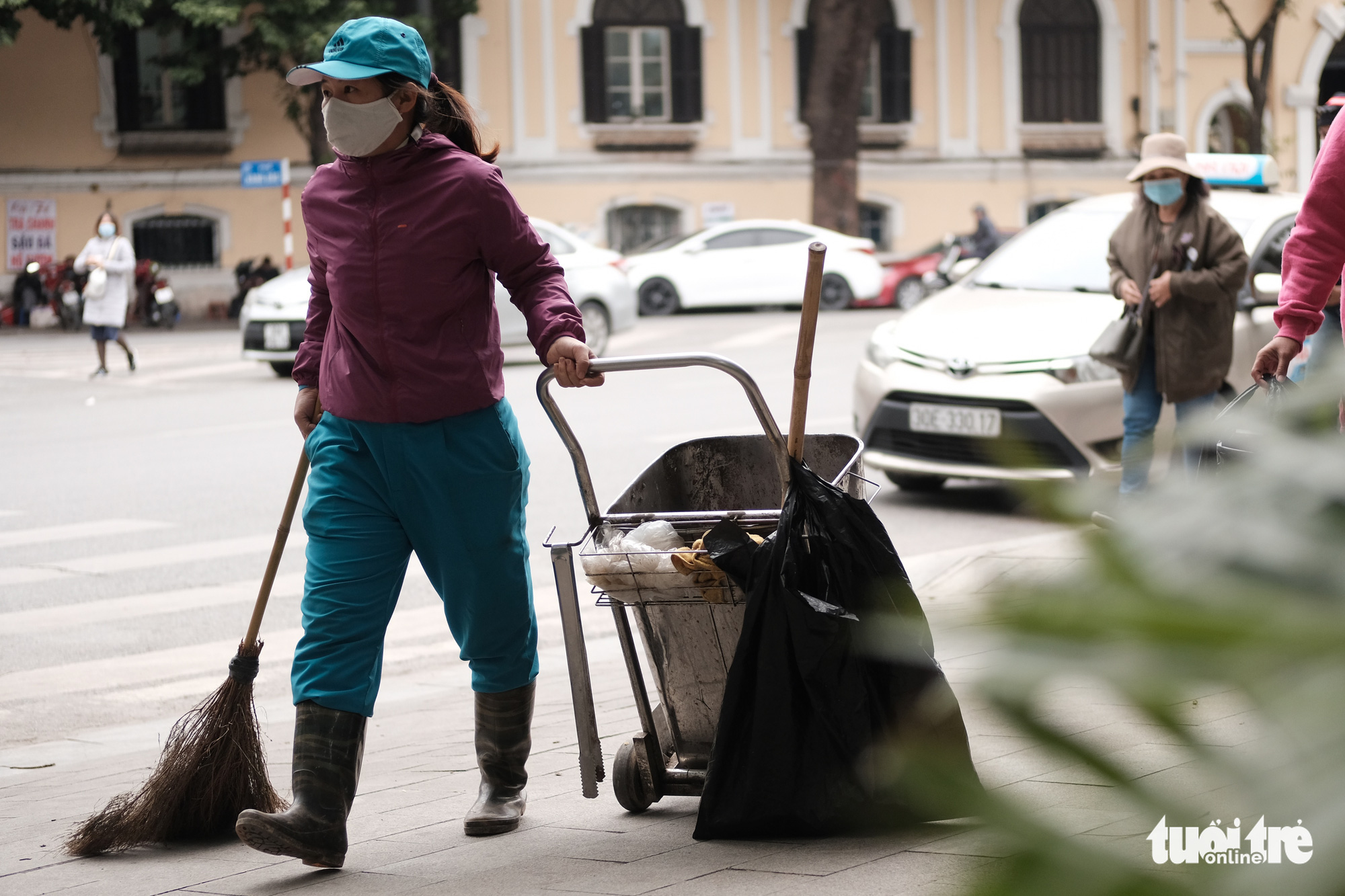A street sweeper works in the chilly weather in Hanoi, December 15, 2020. Photo: Mai Thuong / Tuoi Tre