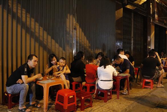 Guests at Chau Giang sweet dessert stall, Tran Hung Dao B Street, District 5, Ho Chi Minh City. Photo: Ngoc Phuong / Tuoi Tre