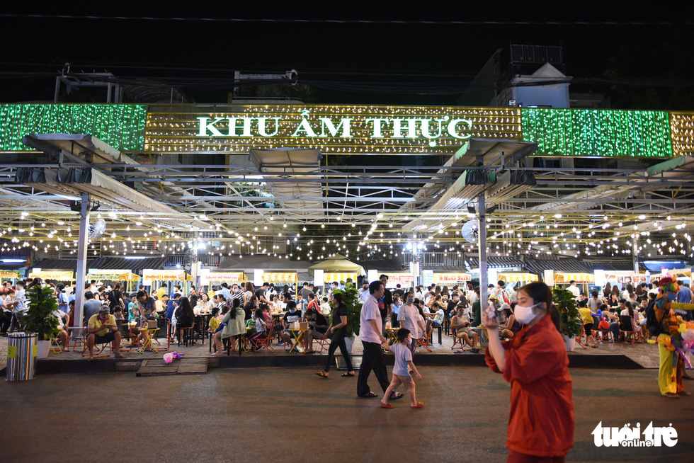 A street food section at the night market with around 30 kiosks at the Ky Dai Quang Trung pedestrian street in District 10, Ho Chi Minh City. Photo: Ngoc Phuong / Tuoi Tre