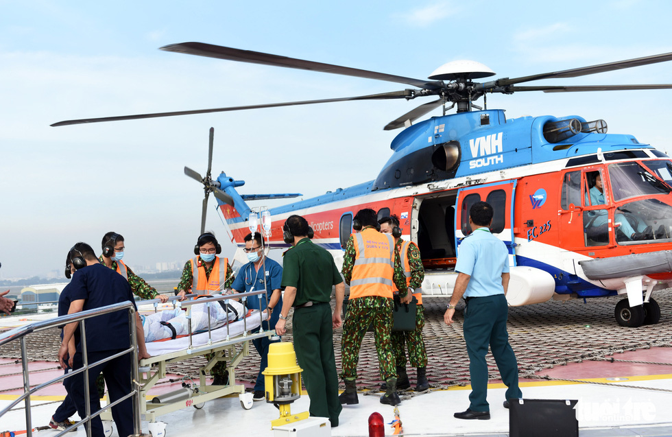 Medical workers transfer a patient from a helicopter that landed atop the Orthopedic Building at the Military Hospital 175 in Ho Chi Minh City during a hypothetical practice, December 19, 2020. Photo: Duyen Phan / Tuoi Tre