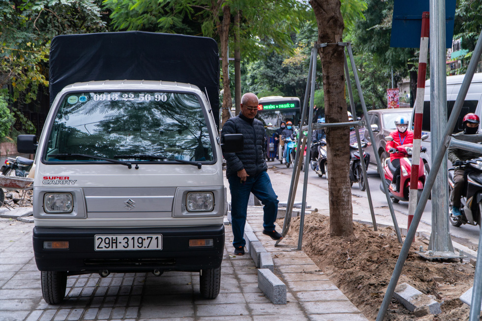 A truck is parked on the newly installed natural stone paving on Huynh Thuc Khang Street of Hanoi. Photo: Pham Tuan / Tuoi Tre