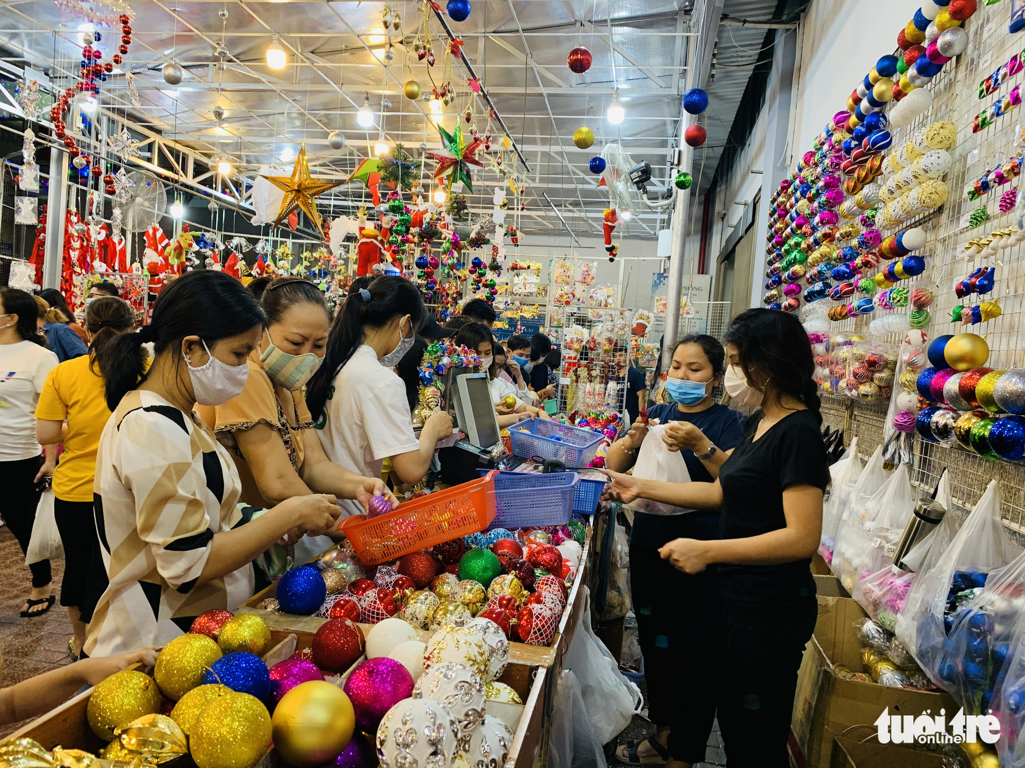 Residents shop for Christmas ornaments in Ho Chi Minh City. Photo: Bong Mai / Tuoi Tre