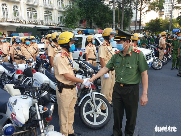 Maj. Gen. Le Hong Nam, director of Ho Chi Minh City's Public Security, shakes hands with a policeman at the launch of a crime fighting campaign, December 15, 2020. Photo: Minh Hoa / Tuoi Tre