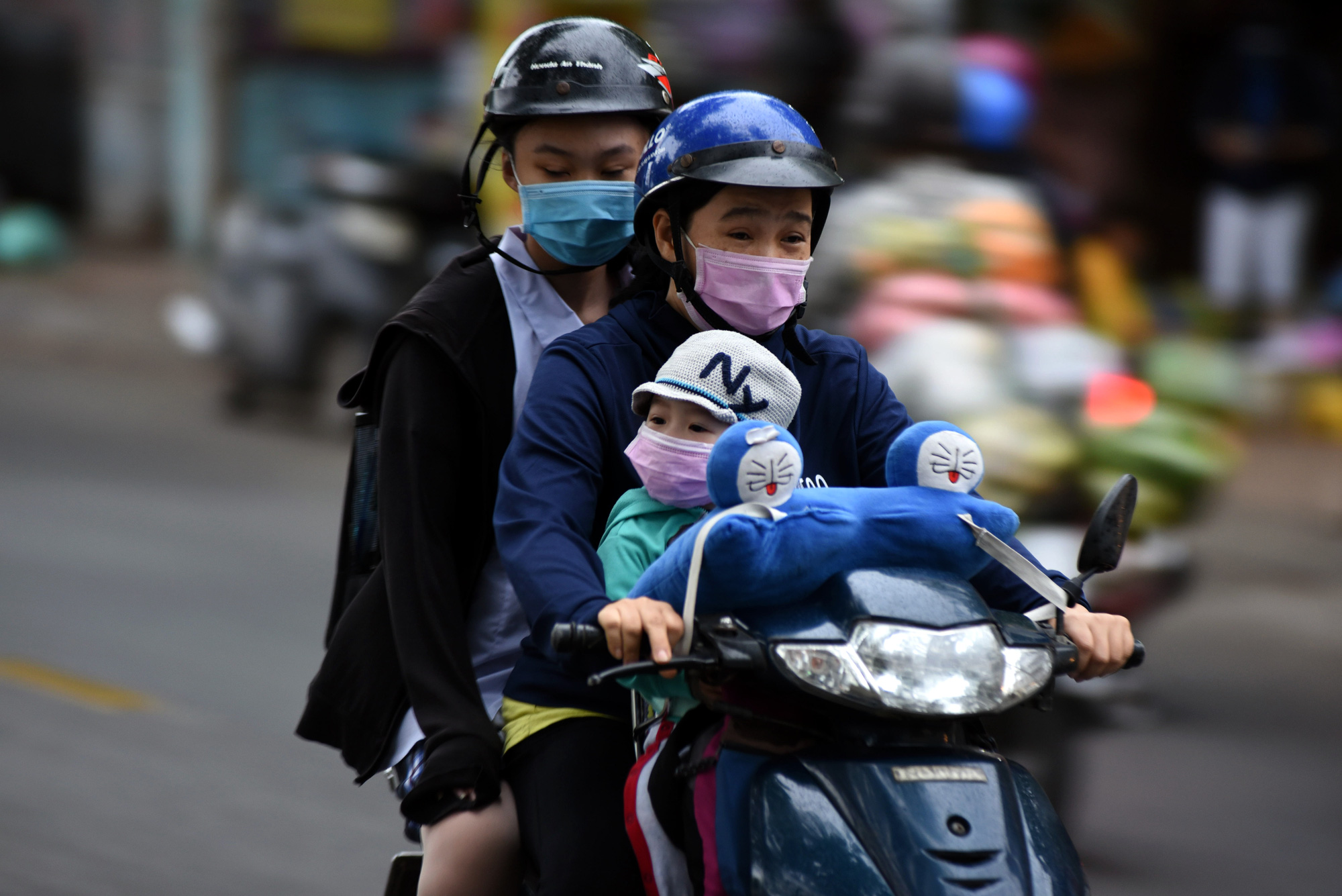 Temperature in Ho Chi Minh City plummets due to tropical depression, cold spell