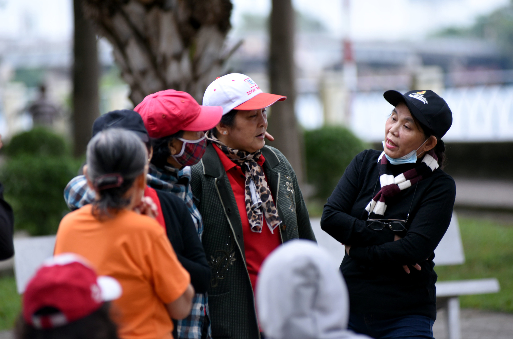 Residents wear jackets and scarves at a park as temperature dips in Ho Chi Minh City on December 22, 2020. Photo: Le Phan / Tuoi Tre