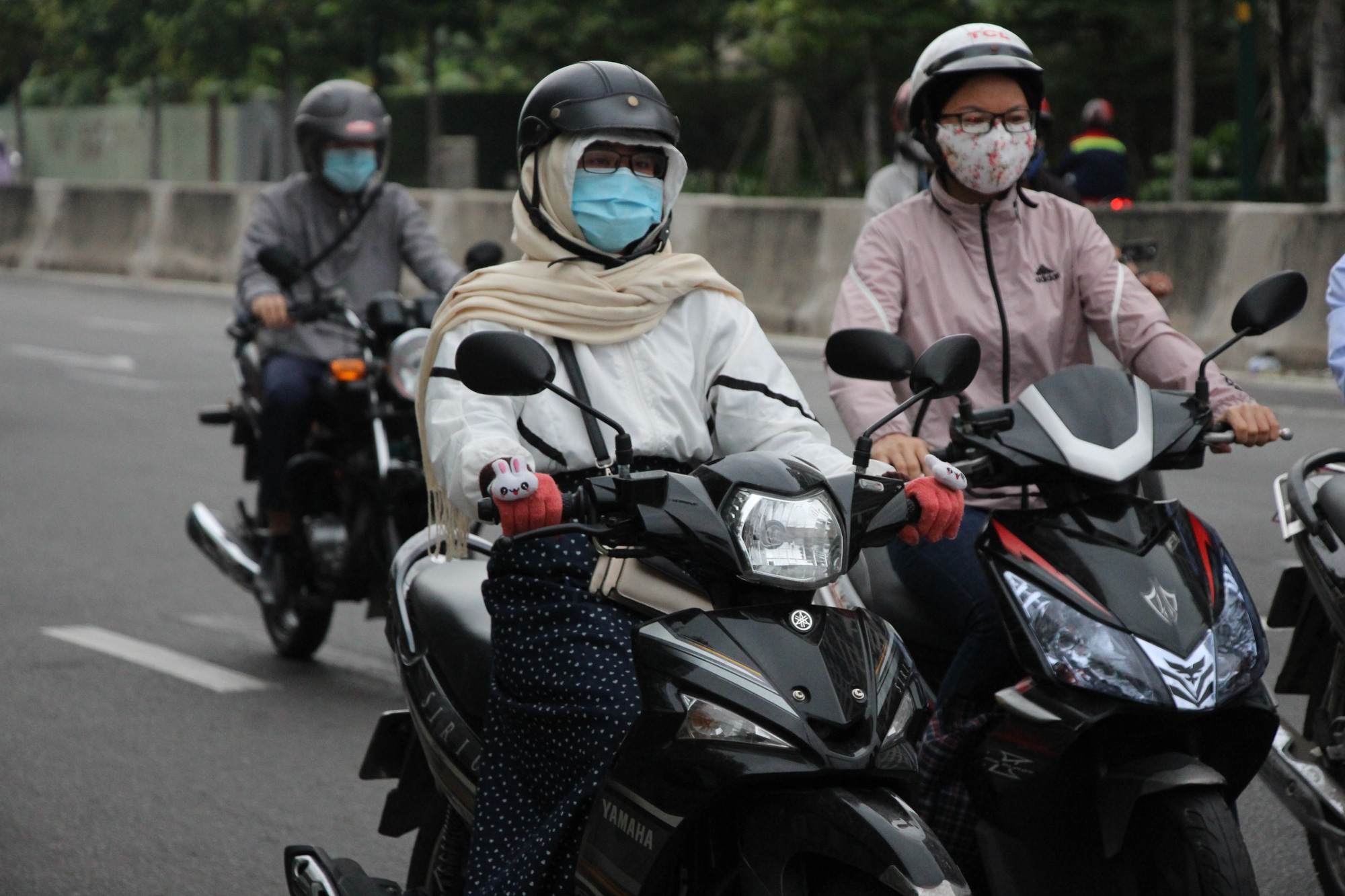Commuters wear jackets and scarves in Ho Chi Minh City, December 22, 2020. Photo: Kim Ut / Tuoi Tre