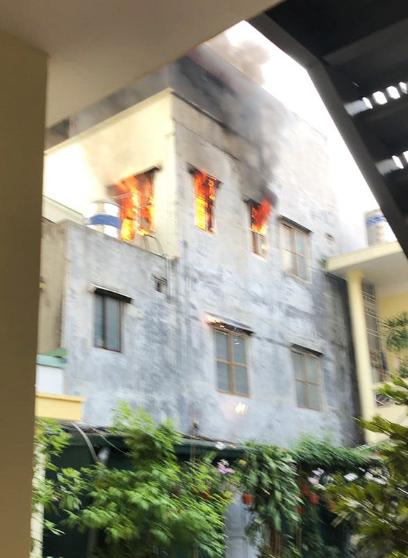 Smoke and fire pour out of the third floor of a house at Alley 11 on Tran Hung Dao Street in Hong Bang District, Hai Phong City, Vietnam, December 21, 2020. Photo: D.Duong / Tuoi Tre