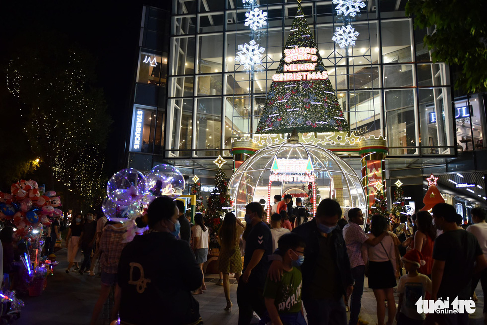 Residents visit the Takashimaya department store in District 1, Ho Chi Minh City to enjoy the festive ambiance. Photo: Ngoc Phuong / Tuoi Tre