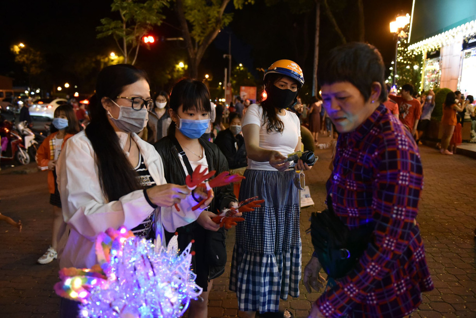 Customers buy reindeer antler headbands to celebrate the holiday spirit in Ho Chi Minh City. Photo: Ngoc Phuong / Tuoi Tre