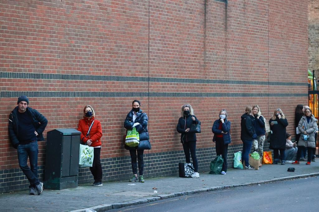 People queue outside the Waitrose and Partners supermarket, amid the coronavirus disease (COVID-19) outbreak, in London, Britain December 22, 2020. Photo: Reuters