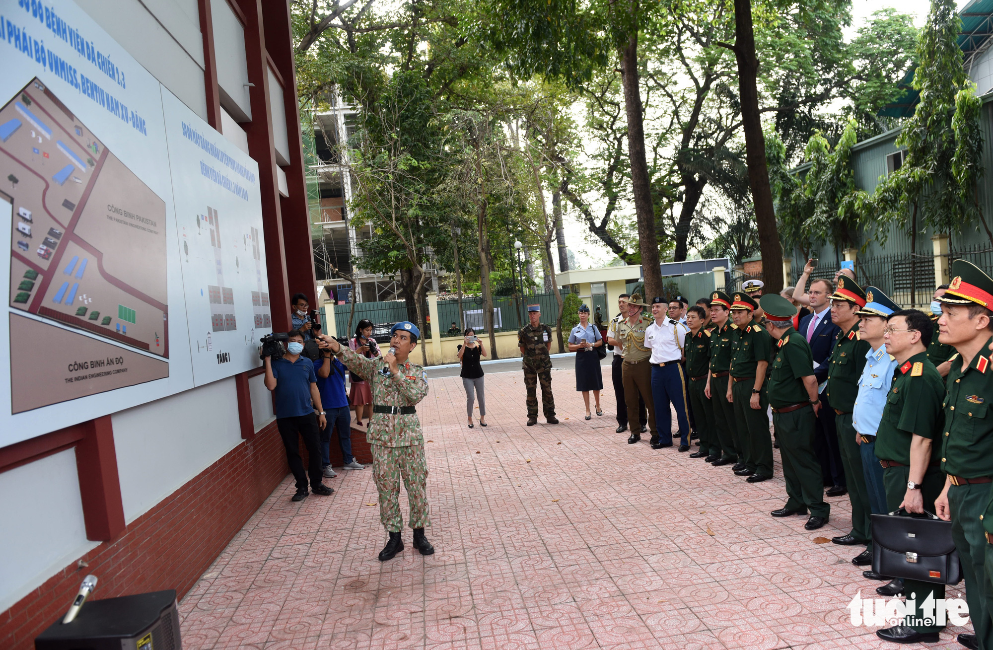 A representative introduces the model of Level-2 Field Hospital No.3 to military officials in Ho Chi Minh City, December 23, 2020. Photo: Duyen Phan / Tuoi Tre
