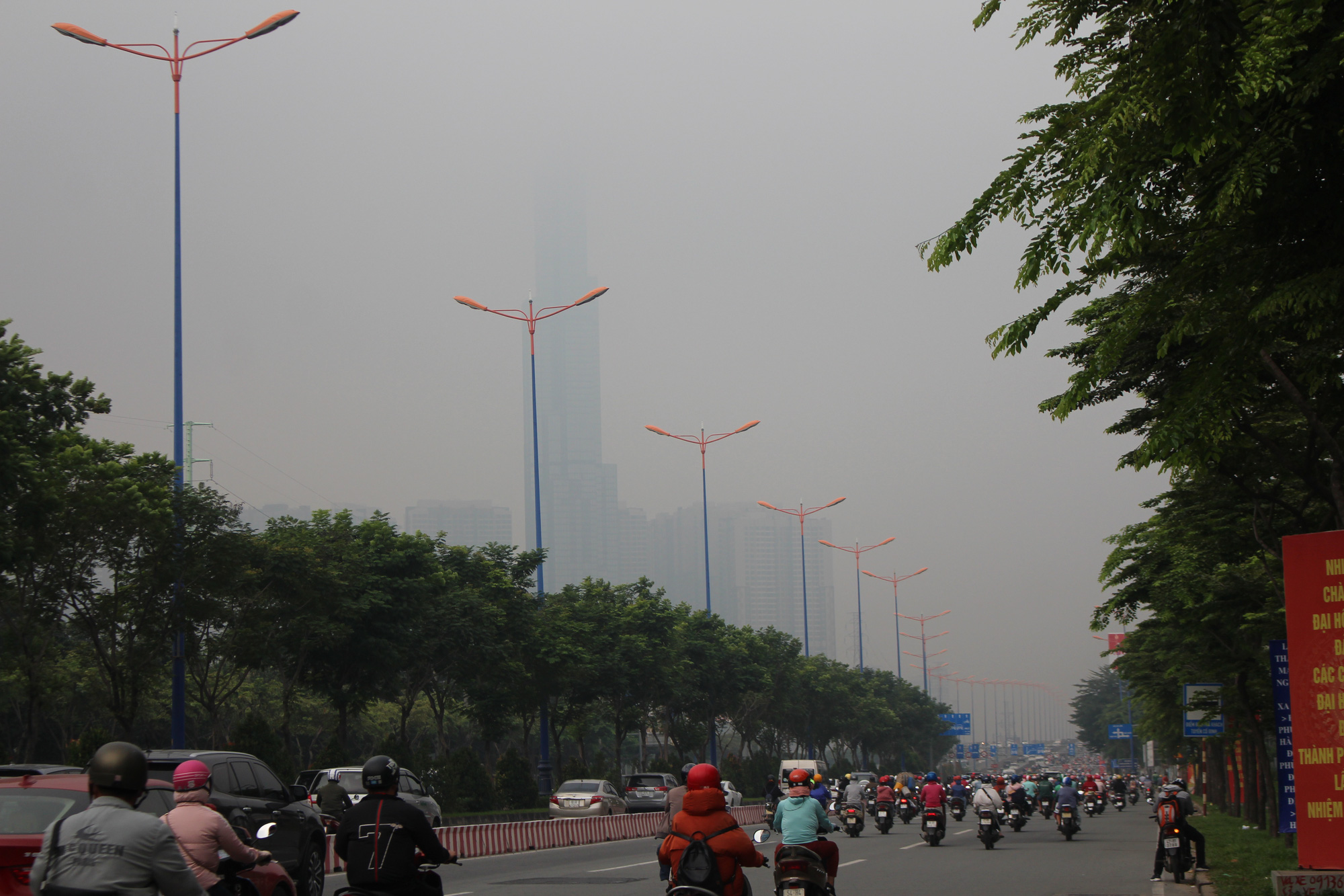 The Ho Chi Minh City skyline becomes obscure due to fog on the morning of December 24, 2020. Photo: Kim Ut / Tuoi Tre