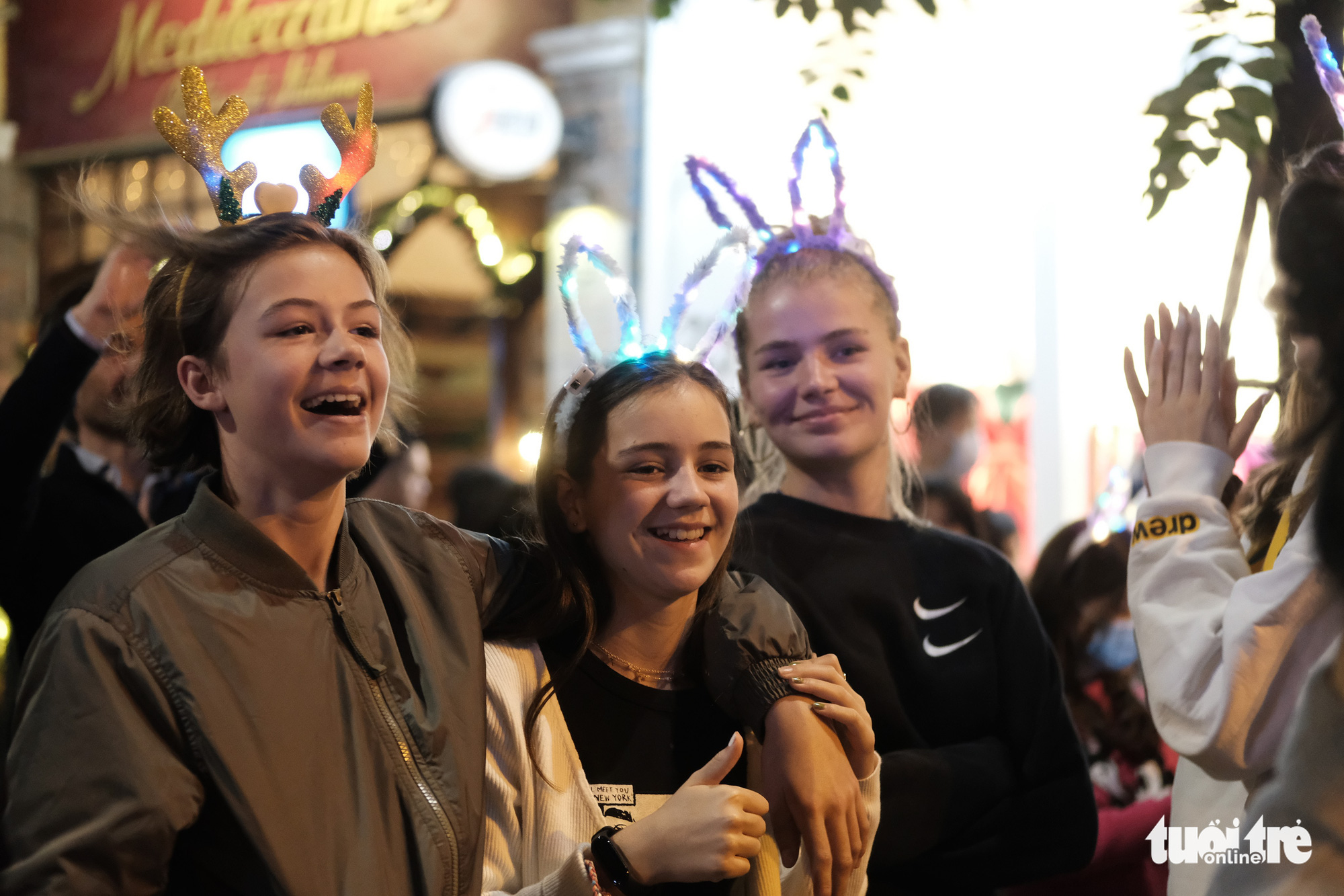 Foreign visitors celebrate Christmas Eve in Hanoi, December 24, 2020. Photo: Mai Thuong / Tuoi Tre