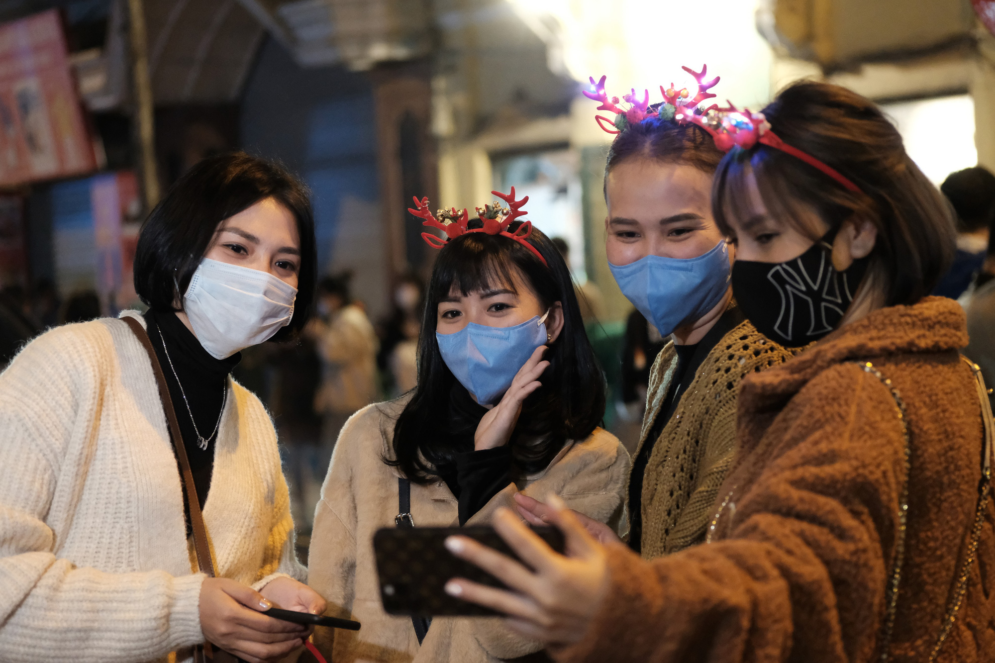 People wear face masks while celebrating Christmas Eve in downtown Hanoi, December 24, 2020. Photo: Mai Thuong / Tuoi Tre