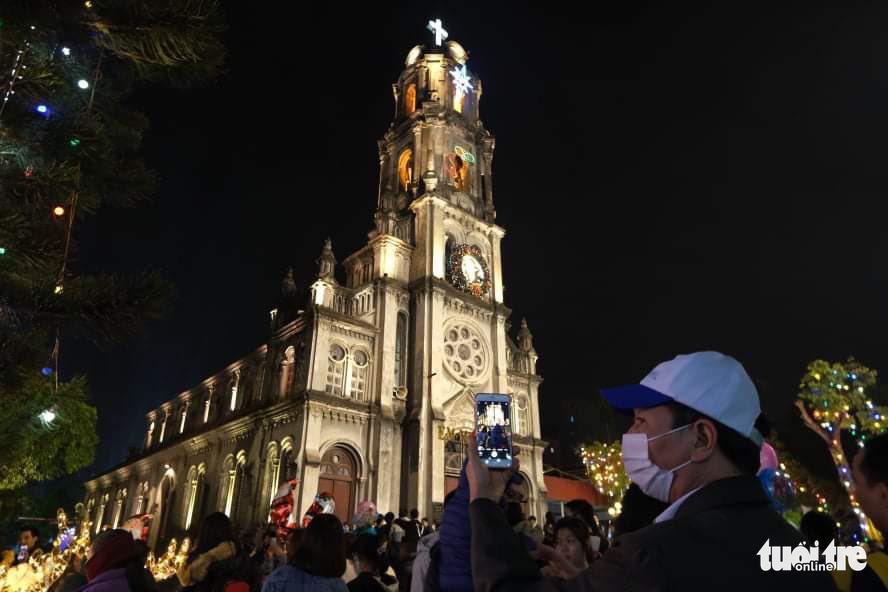 Phung Khoang Church in Hanoi lights up on Christmas Eve, December 24, 2020. Photo: Ha Thanh / Tuoi Tre