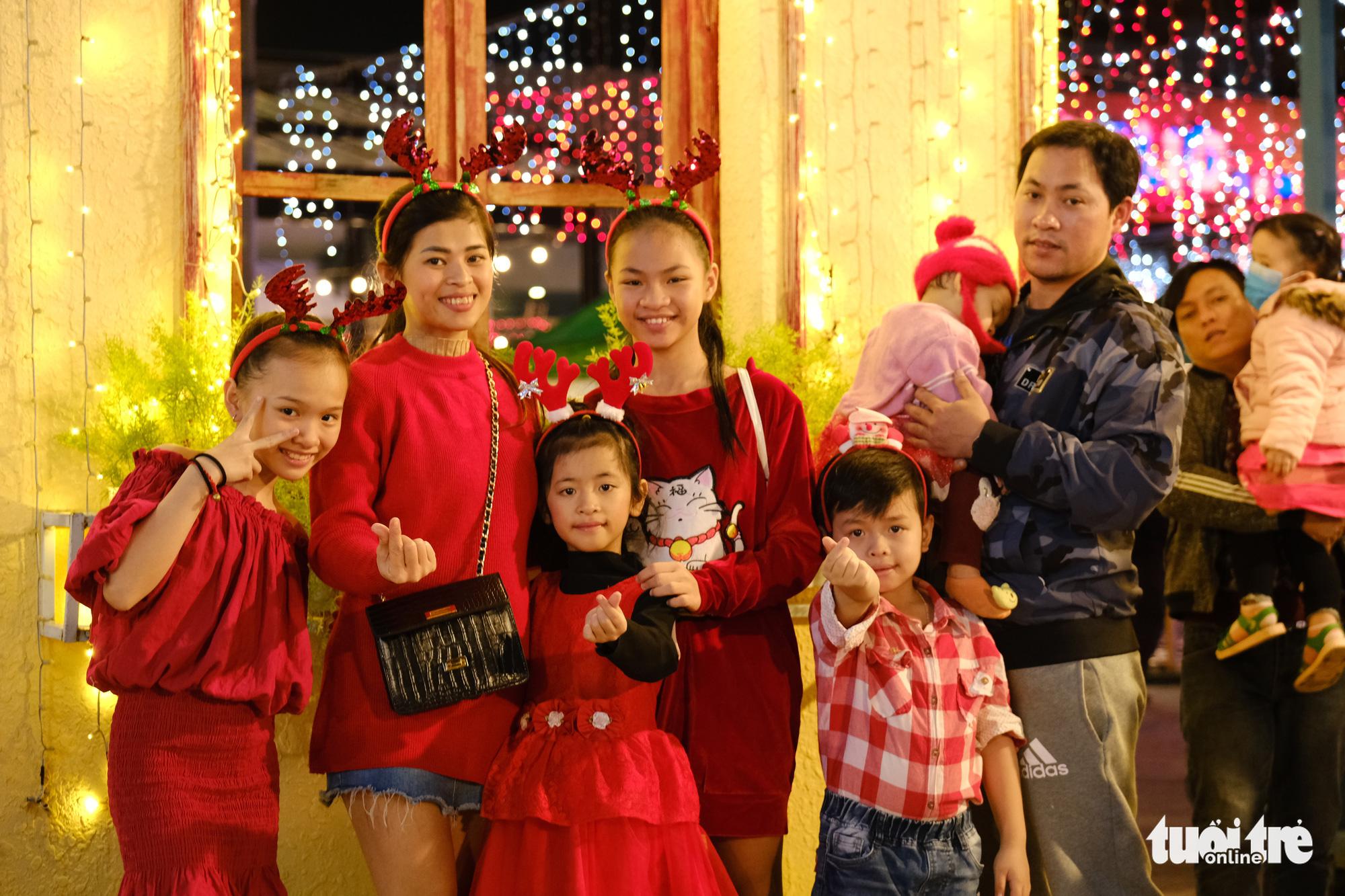 A family poses for a photo in Da Nang City, December 24, 2020. Photo: Tan Luc / Tuoi Tre