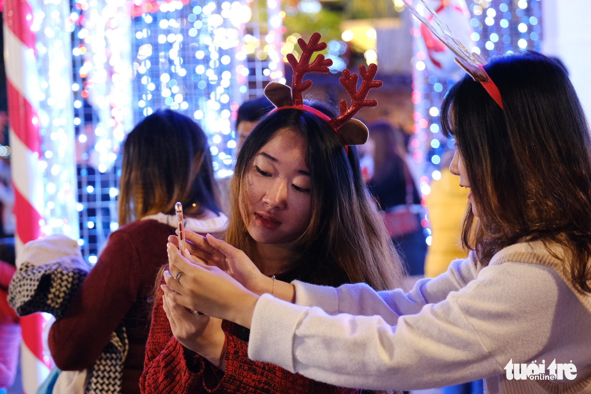 Young people celebrate Christmas Eve in Da Nang City, December 24, 2020. Photo: Tan Luc / Tuoi Tre