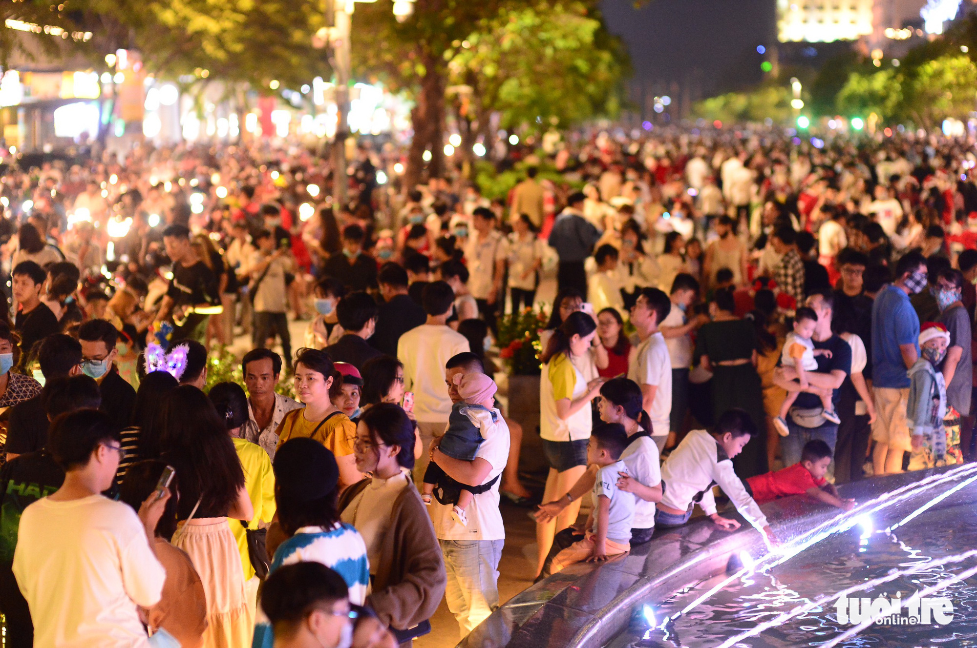 Nguyen Hue Walking Street is packed with people on Christmas Eve, December 24, 2020. Photo: Quang Dinh / Tuoi Tre