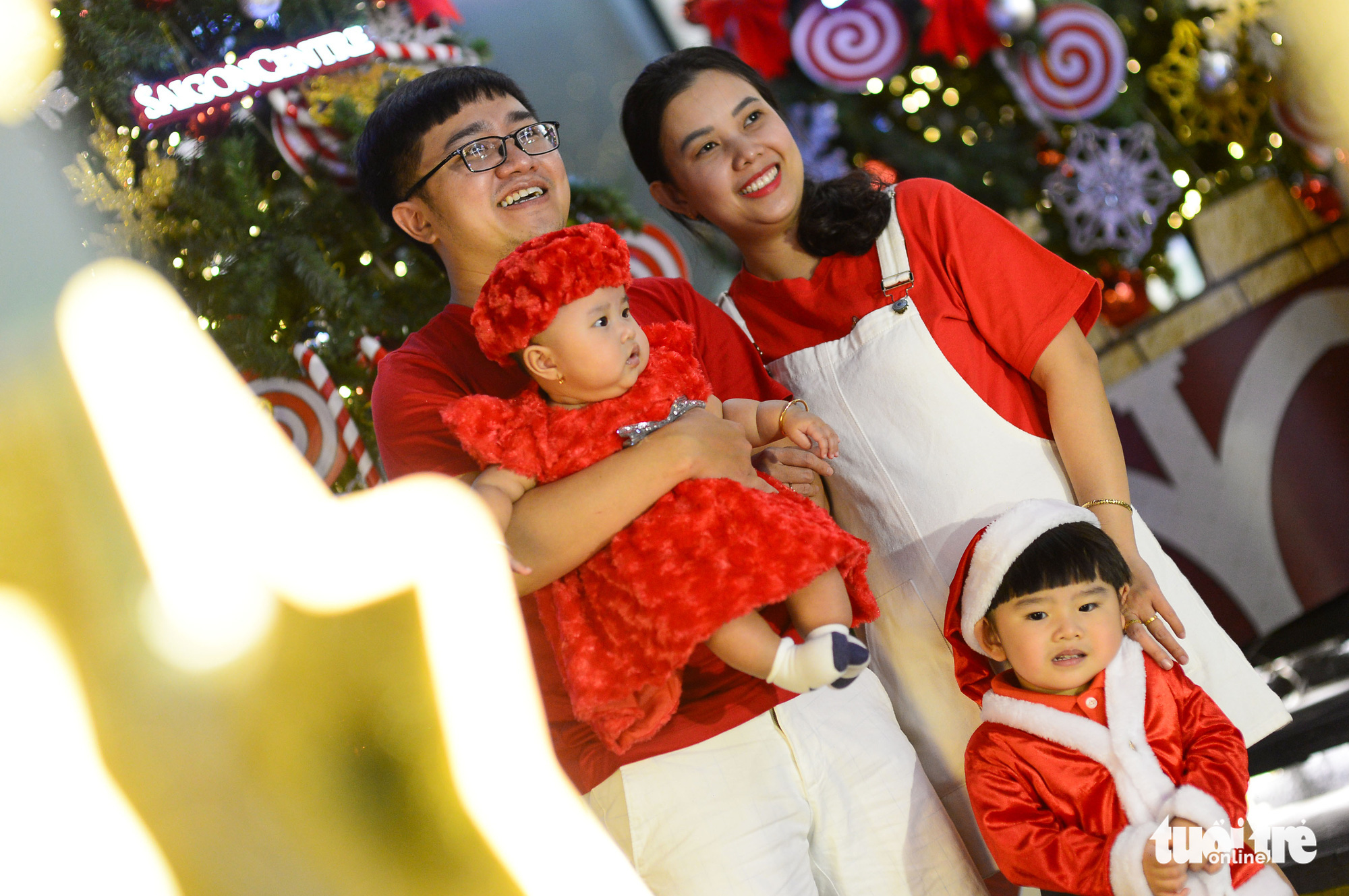 A family poses for a photo in downtown Ho Chi Minh City on Christmas Eve, December 24, 2020. Photo: Quang Dinh / Tuoi Tre