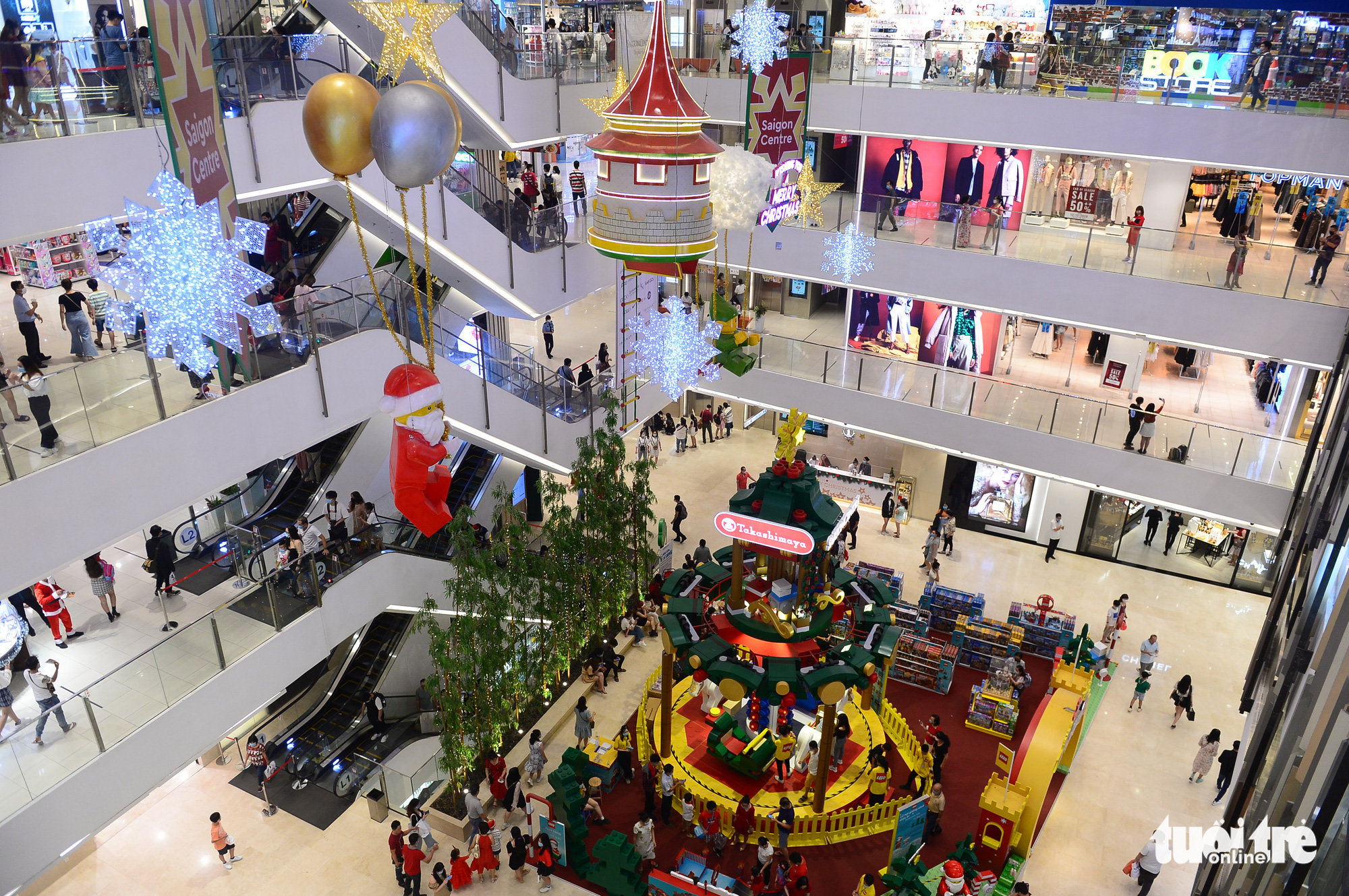 People celebrate Christmas Eve at a shopping mall in downtown Ho Chi Minh City December 24, 2020. Photo: Quang Dinh / Tuoi Tre