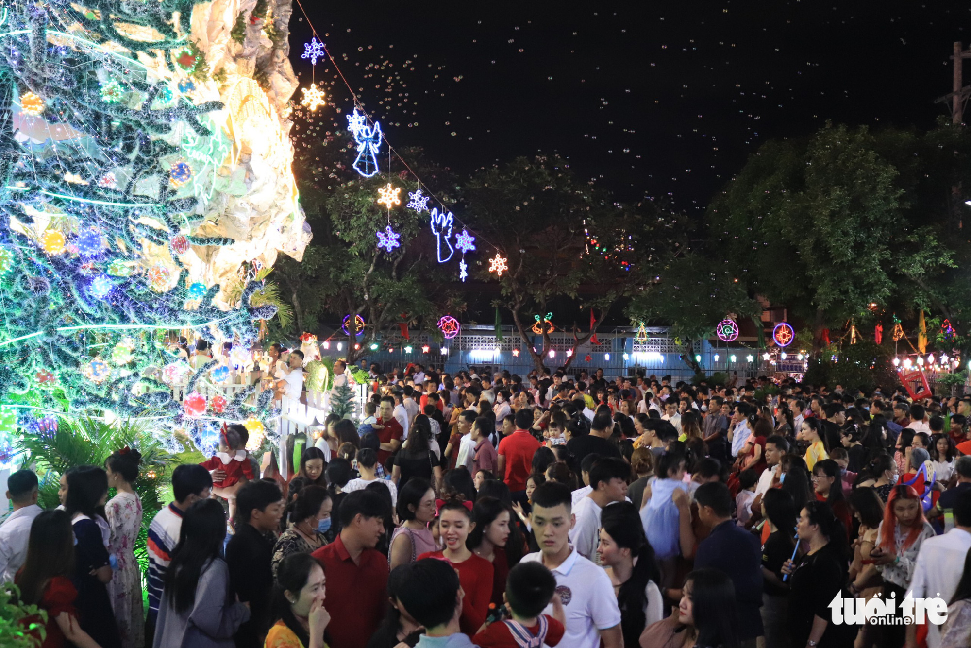 People celebrate Christmas Eve at a church in Thu Duc District, Ho Chi Minh City December 24, 2020. Photo: Khanh Tran/ Tuoi Tre