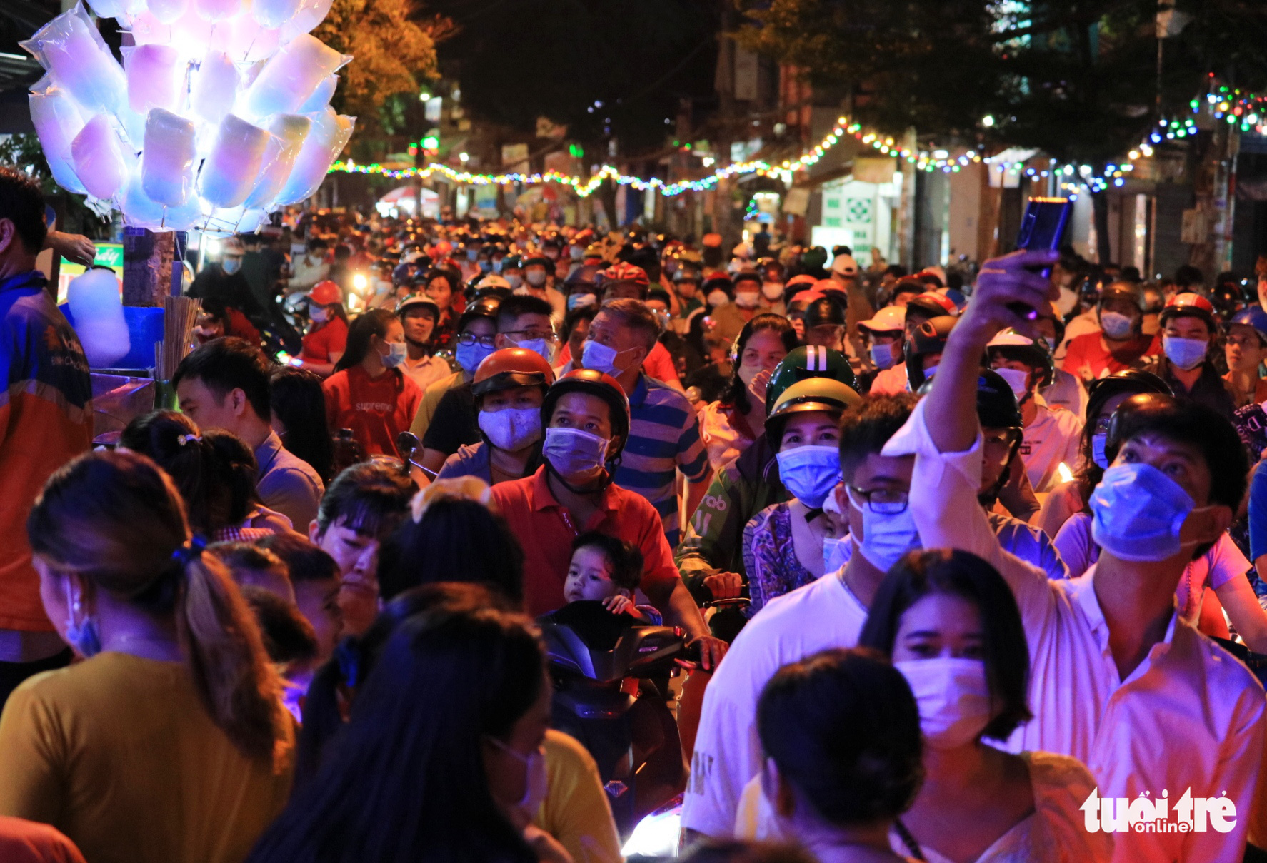 Residents flock to a Christian neighborhood in Go Vap District, Ho Chi Minh City December 24, 2020. Photo: Nhat Thinh / Tuoi Tre