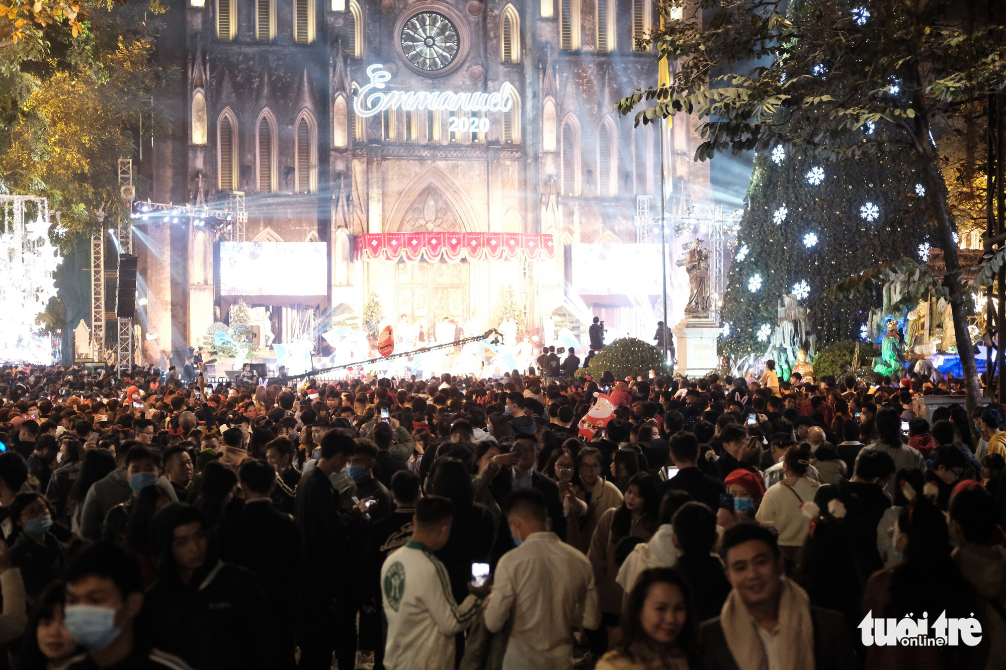 The Hanoi Cathedral is crowded on Christmas Eve, December 24, 2020. Photo: Mai Thuong / Tuoi Tre