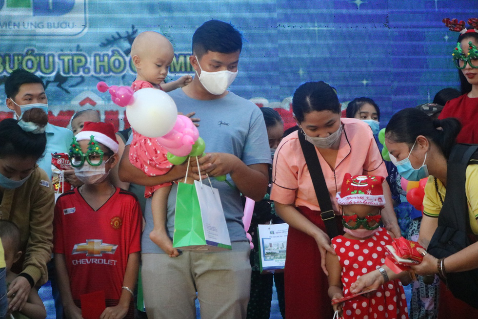 Child inpatients receive gifts on the celebration of Christmas at Ho Chi Minh City Oncology Hospital, December 24, 2020. Photo: Thu Hien / Tuoi Tre