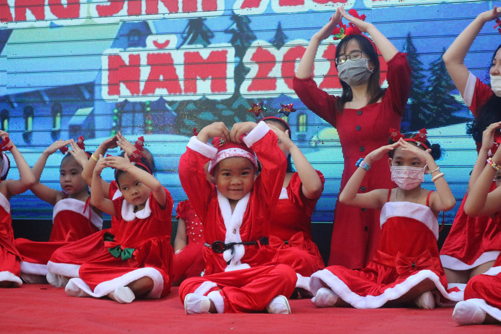 Child inpatients rehearse their Christmas performances at Ho Chi Minh City Oncology Hospital, December 24, 2020. Photo: Thu Hien / Tuoi Tre