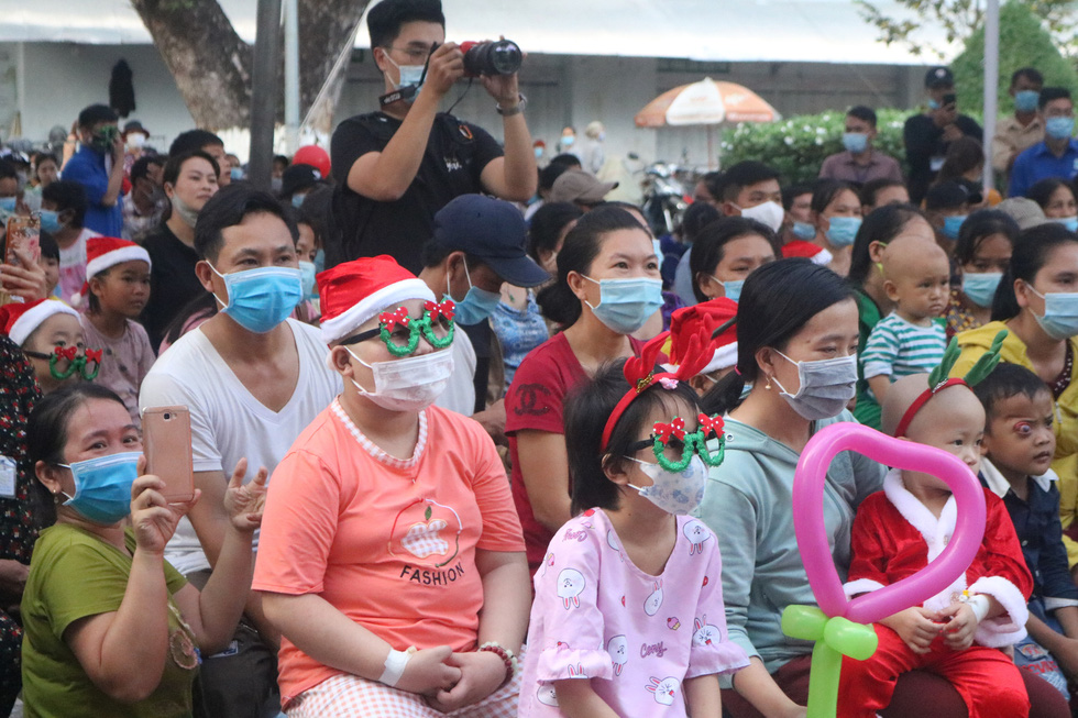 Child inpatients watch performances on the celebration of Christmas at Ho Chi Minh City Oncology Hospital, December 24, 2020. Photo: Thu Hien / Tuoi Tre