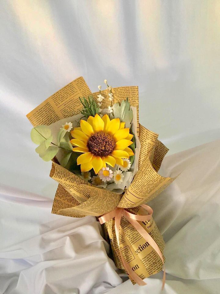 A brilliant-looking bouquet of sunflower and daisies skillfully crafted by Nguyen Thuy Trang, residing in An Giang Province, southern Vietnam is seen in this photo supplied by herself
