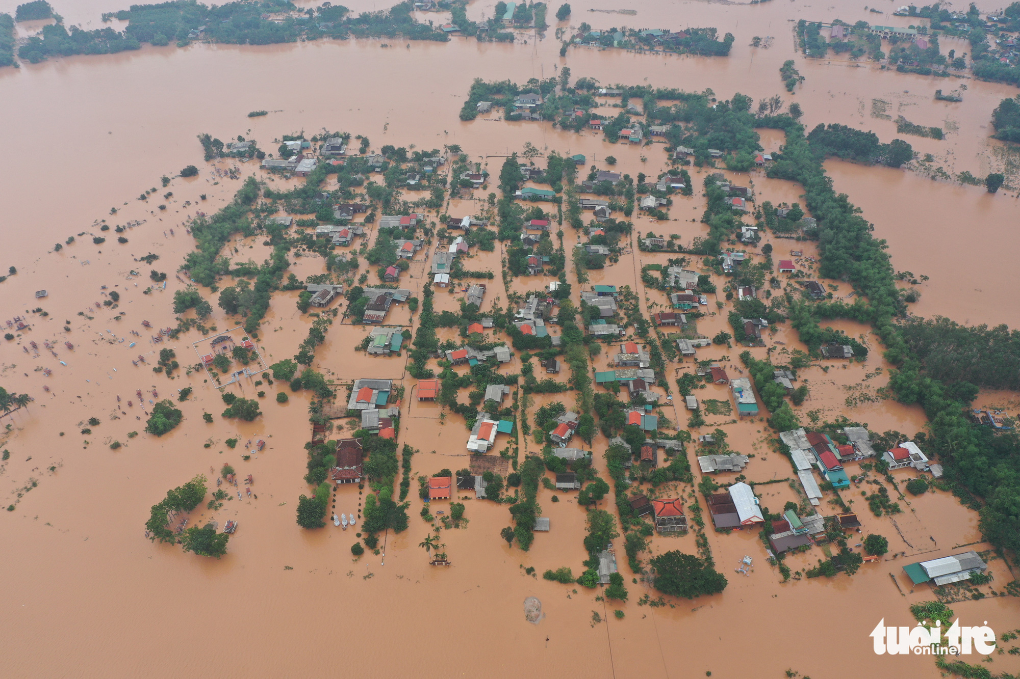 A village in Quang Tri Province, Vietnam is submerged by serious flooding on October 13, 2020. Photo: Truong Trung / Tuoi Tre